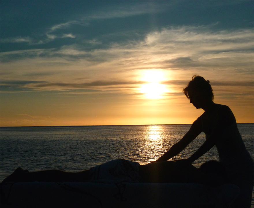 Massage allongé sur la plage avec les mains - Ecole Internationale de massage tahitien - Tahiti Massage