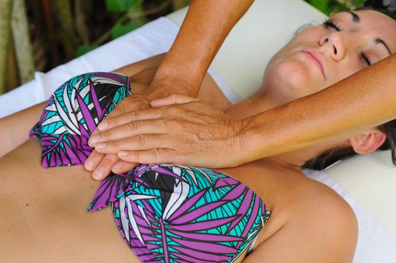 Massage de la poitrine avec les mains - Ecole Internationale de massage tahitien - Tahiti Massage
