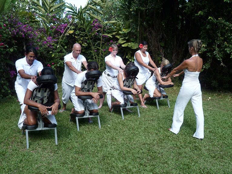 Cours extérieur d'un massage assis à l'Ecole Internationale de massage tahitien Tahiti Massage