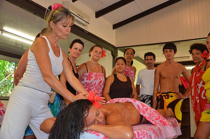 Mise en pratique d'un cours de massage tahitien à l'Ecole Internationale de massage tahitien Tahiti Massage